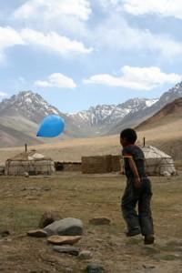 Spiel mit Luftballon in Tadschikistan