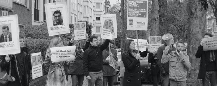 Представители МППЧ и других правозащитных организаций проводят демонстрацию с требованием освободить азербайджанских правозащитников. Брюссель, ноябрь 2014 года.